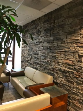 16 Amazing Living Room With Stone Wall Design Ideas 07