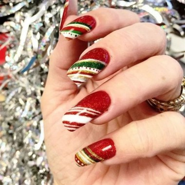 24 Glamorous Color Combinations For Winter Nail Arts 18