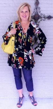 28 Ways To Make Women Over 40 Looks Stylish With Floral Outfit 14
