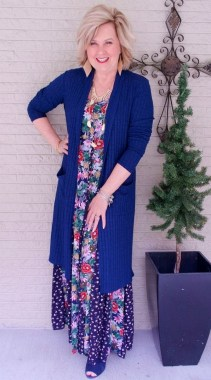 28 Ways To Make Women Over 40 Looks Stylish With Floral Outfit 22