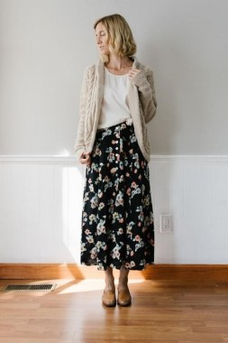 35 Enjoy Your College Time During Fall With This Floral Skirt 15
