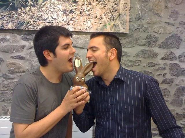 Pau y Flapy comiendo conejo de chocolate en Ginebra