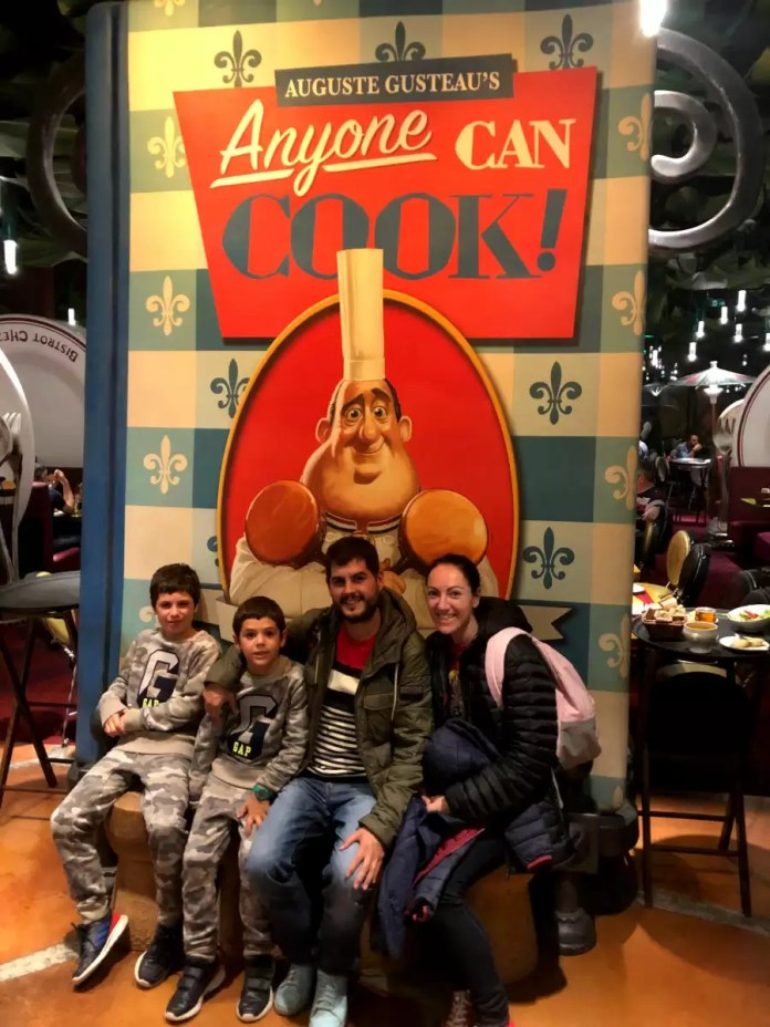 Pau, Vero, Teo y Oriol restaurante Ratatouille Disneyland Paris
