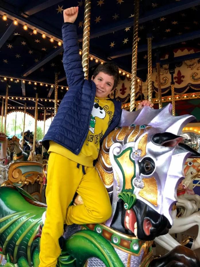 Teo en un carrusel de Disneyland Paris