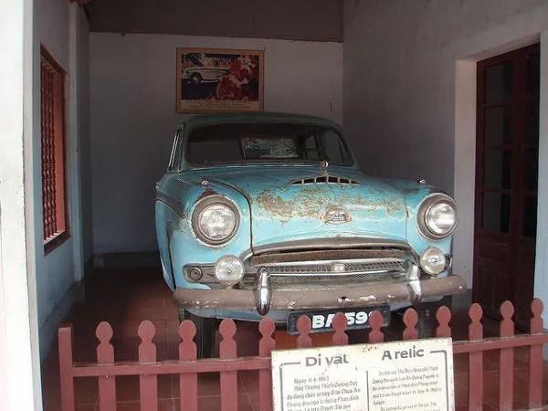 Austin azul en la pagoda de Thien Mu de Hué