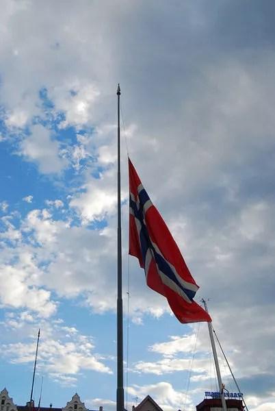 Banderas noruegas a media asta