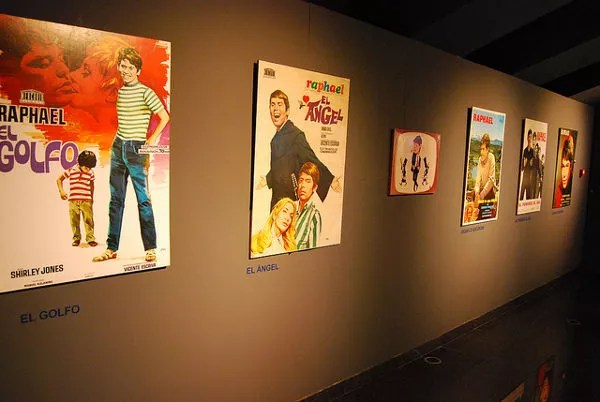 Carteles de películas en el Museo de Raphael en Linares