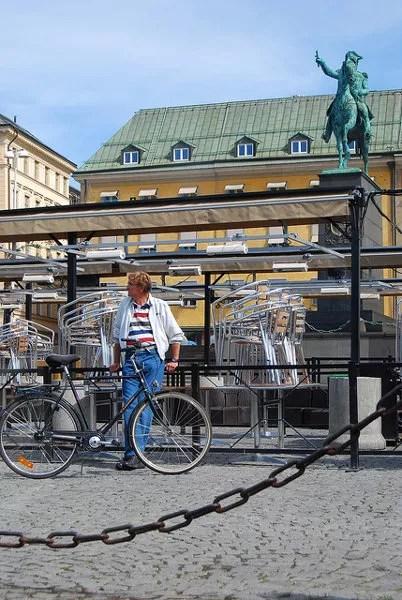 Ciclista esperando en Estocolmo