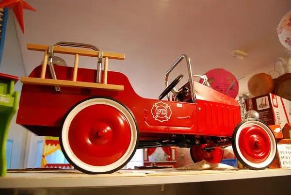 Coche antiguo en la juguetería Pain D'épices en París
