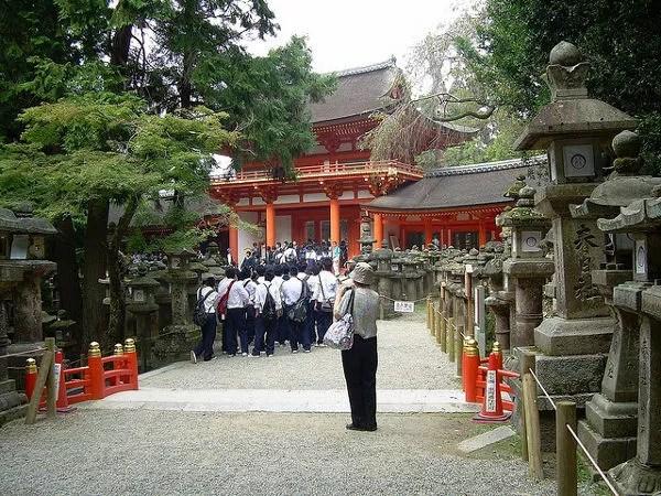 Colegiales entrando al Kasuga-taisha de Nara