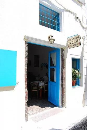 Comiendo en una taberna de Fira en Santorini