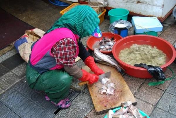 Cortando pescado en el Mercado Jagalchi de Busan