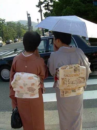 Dos mujeres japonesas con sus yukata