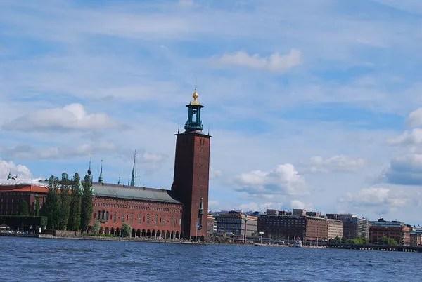 El Ayuntamiento de Estocolmo visto desde el agua