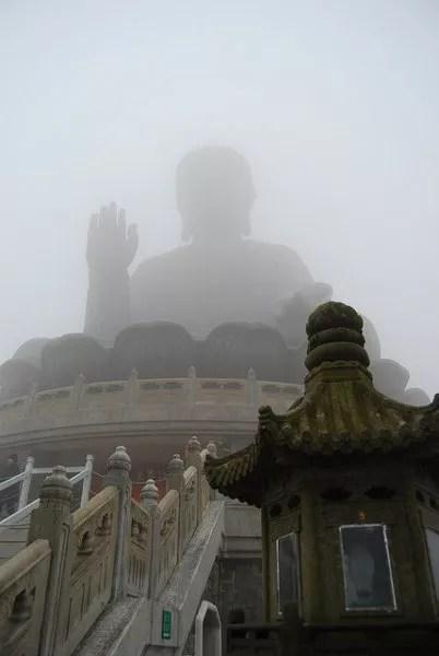 El Buda de Tian Tau tras la niebla