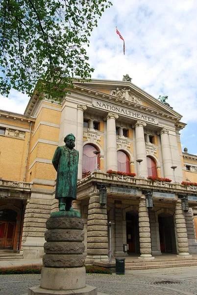 El Teatro Nacional de Oslo y la estatua de Ibsen