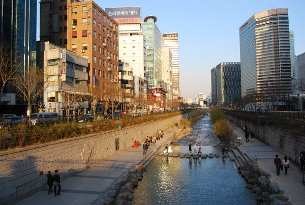El arroyo Cheonggyecheon de Seúl