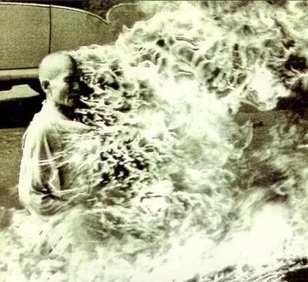 El monje Thich Quang Duc quemándose a lo bonzo