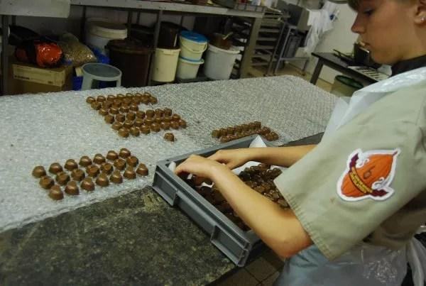 En el taller de la chocolatería Sukerbuyc de Brujas
