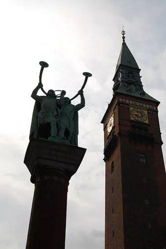 Estatua de dos vikingos en Rådhuspladsen