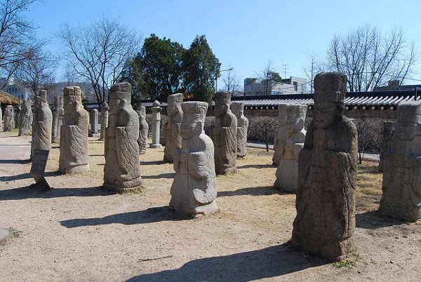 Estatuas de piedra en el Museo Folclórico Nacional de Corea