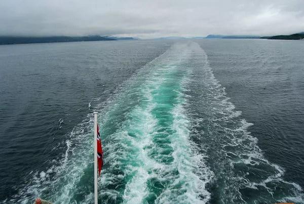 Estela del Hurtigruten en el fiordo Feiranger