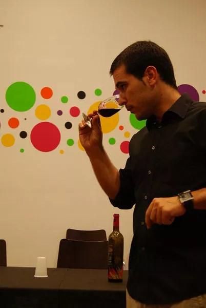 Fase olfativa de una cata de vinos malagueños