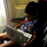 Fotos Austria con niños, Teo con el HP Pavilion x2 avion