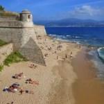 Fotos de Ajaccio en Corcega, playa ante las murallas