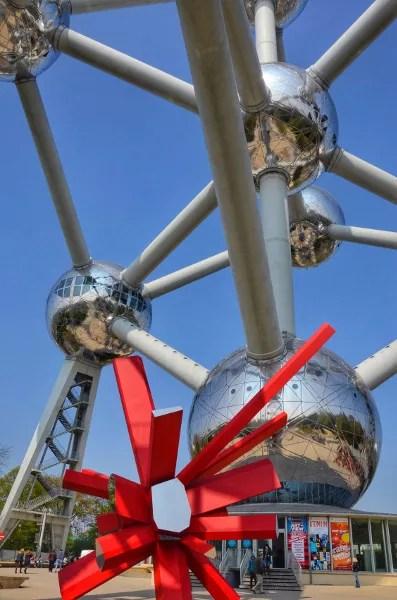 Fotos de Bruselas, Atomium con lazos rojos