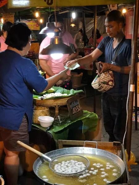 Fotos de Chiang Mai en Tailandia, puesto callejero mercado nocturno