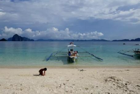 Fotos de El Nido en Filipinas, Oriol jugando en la playa