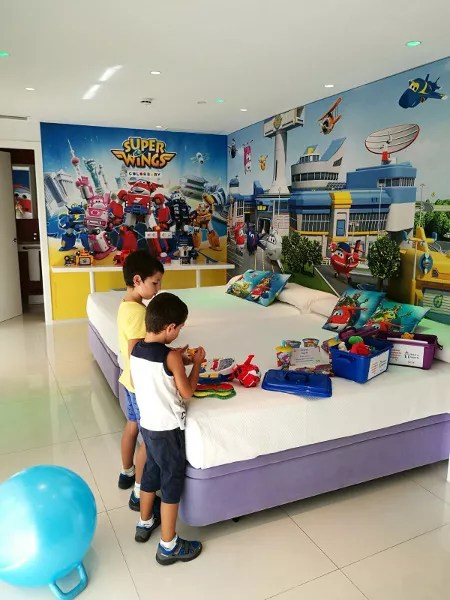 Fotos de Hotel del Juguete de Ibi, Teo y Oriol habitacion Super Wings