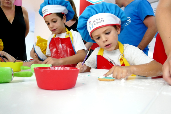 Fotos de Hotel del Juguete de Ibi, Teo y Oriol taller cocina