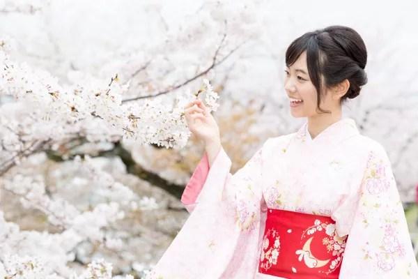 Fotos de Japón, cerezos en flor y chica