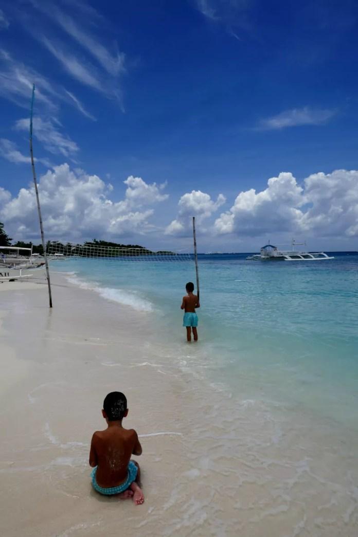 Fotos de Malapascua en Filipinas, Teo y Oriol en la playa jugando