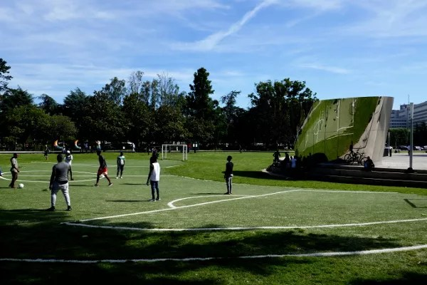 Fotos de Nantes en Francia, campo de futbol reflejos