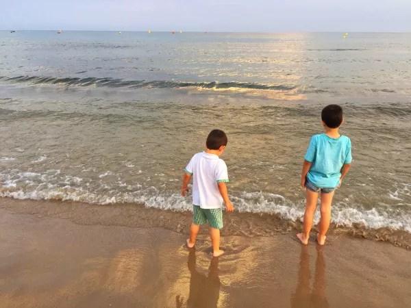 Fotos de Salou, Teo y Oriol en la platja de llevant