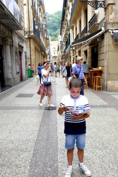 Fotos de San Sebastián, Teo con la guia de Hagoos