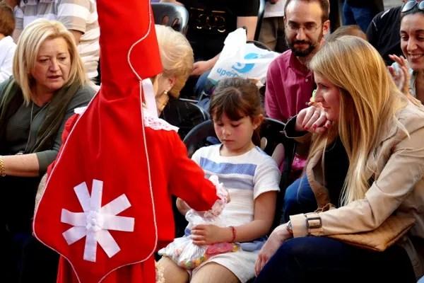 Fotos de Semana Santa de Murcia, coloraos repartiendo caramelos