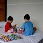 Fotos de Tailandia, Teo y Oriol jugando al ajedrez en el lago de Khao Sok