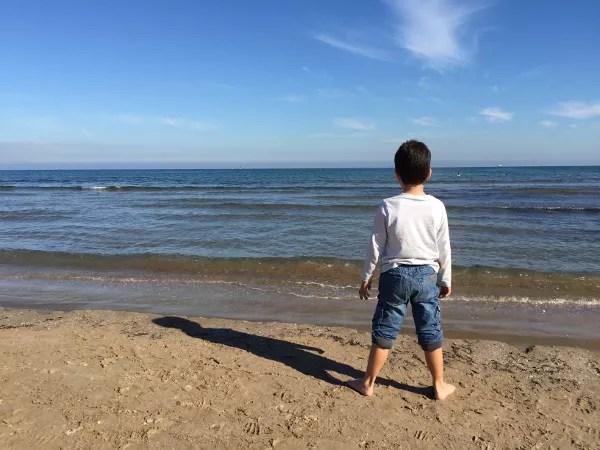 Fotos-de-Valencia-Teo-en-la-playa ▷ 10 lugares imprescindibles con niños en Valencia