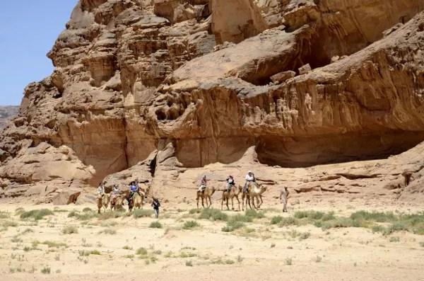 Fotos de Wadi Rum, Jordania - turistas a camello