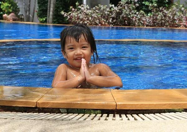 Fotos de viajes a Tailandia con niños y NaaiTravels, piscina