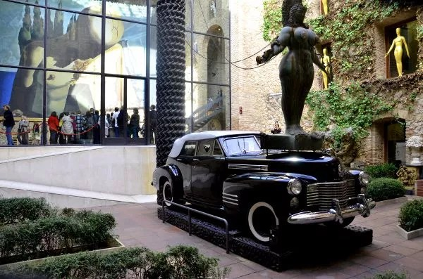 Fotos del Teatro-Museo Dalí de Figueres. Cadillac lluvioso