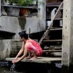 Fotos del mercado flotante de Damnoen Saduak, mujer lavandose