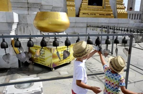 Fotos del viaje a Tailandia con niños, Teo y Oriol Wat Traimit Bangkok
