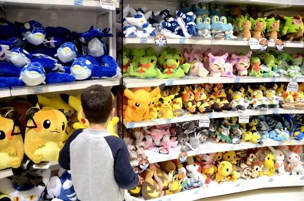 Fotos de Japon con niños, Teo en el Pokémon Center