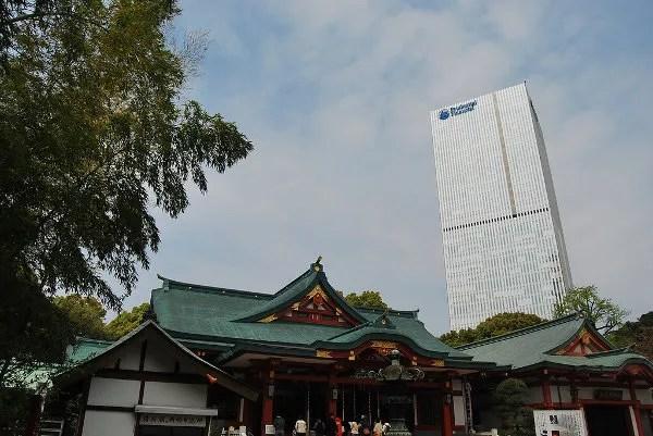 Hie Jinja ante un rascacielo