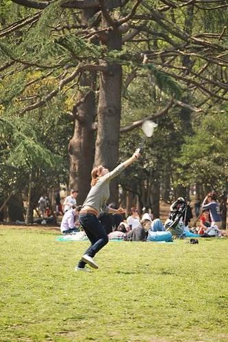Jugando al badmintón en el parque Yoyogi de Tokio